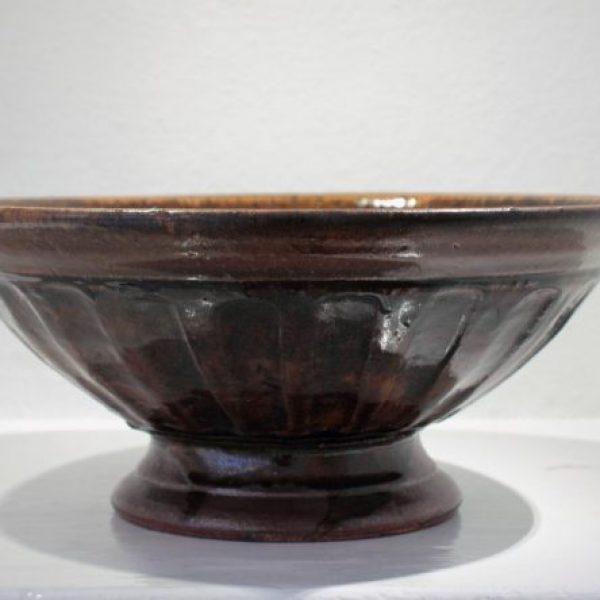 Richard Batterham 72a. Taza, Stoneware with tenmoku and ash glazes h15.5 x 36 cm.