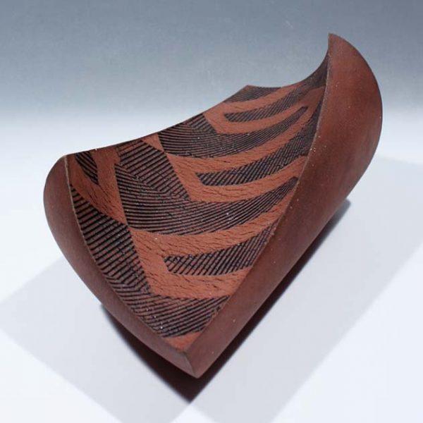 Suleyman Saba SS5_Twisting dish, red and black stoneware 13-5 x 30-5 cm