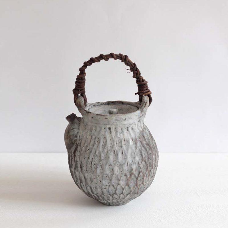 Akiko Hirai H21. Dry Kohiki Teapot, Stoneware h26 cm.